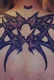 男性背部的部落蜘蛛纹身图案