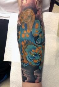 亚洲风格的彩色唐狮子手臂纹身图案