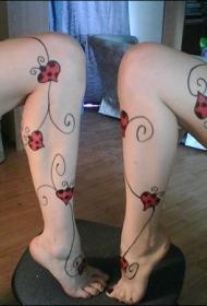 女生腿部心形瓢虫和藤蔓纹身图案