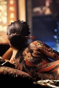 背部可爱的日式艺妓彩绘纹身图案