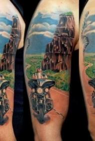 大臂漂亮的自行车和景观纹身图案