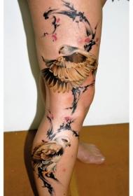 腿部中国风彩色的花卉与鹰纹身图案
