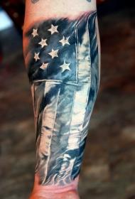爱国者手臂上的美国国旗纹身图案