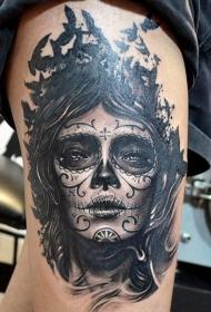 大腿黑灰色的小鸟和死亡女郎纹身图案