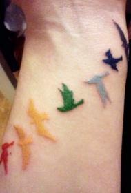 一群五颜六色的小鸟纹身图案