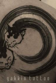 背部黑色的水墨线条与猫咪头像纹身图案
