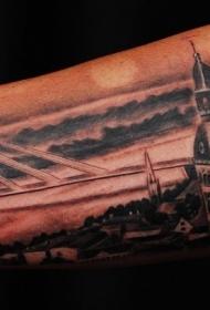 手臂惊人的夜晚城市与大桥纹身图案