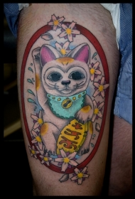 大腿亚洲招财猫和花朵彩色纹身图案
