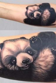 手背黑白可爱的小熊猫在玩纹身图案