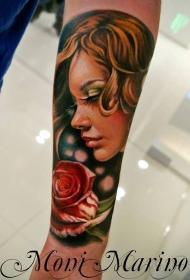 非常美丽的女人肖像与玫瑰手臂纹身图案