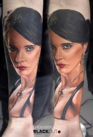 小臂写实的彩色女性肖像纹身图案