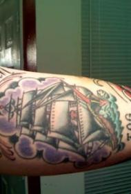 大臂内侧彩绘帆船和字母纹身图案