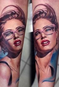 手臂写实彩色太阳镜女性肖像纹身图案