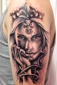 手臂黑灰死亡女郎与皇冠纹身图案