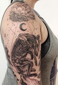 大臂不寻常的黑色狐狸骨架与神秘符号纹身图案