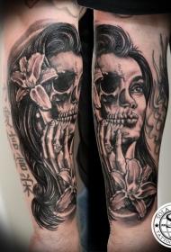 小臂黑色半骷髅半女人脸纹身图案