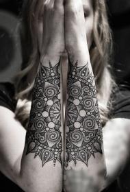 手臂神秘的黑白点刺梵花纹身图案