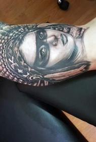 大臂惊人的写实黑色印度女人肖像纹身图案