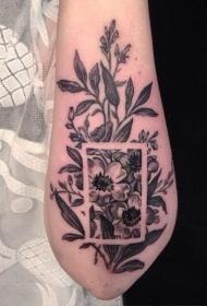 手臂漂亮的黑色野花个性纹身图案