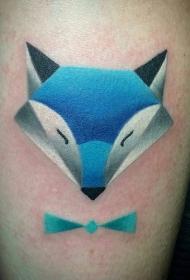 三角形状的卡通狐狸与蓝色蝴蝶结纹身图案