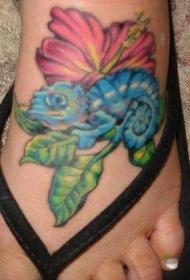 脚背芙蓉花和蓝色的变色龙纹身图案