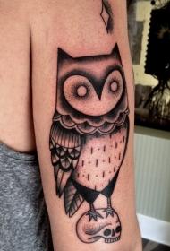 手臂幻想风格黑色头鹰与骷髅纹身图案