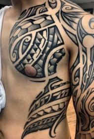 胸部和肩部巨大的黑白波利尼西亚图腾纹身图案