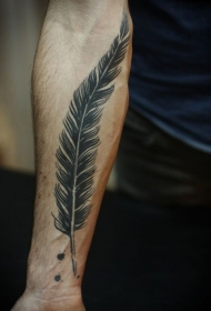 小臂黑色的羽毛纹身图案