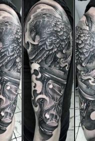 手臂神秘的黑灰乌鸦和沙漏纹身图案