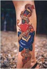 小腿匕首与心形和玫瑰纹身图案