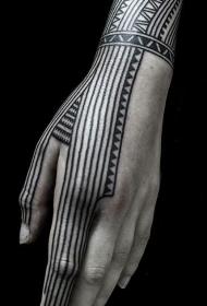 手部黑色线条波利尼西亚图腾纹身图案