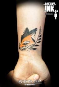 手腕彩色狐狸头与植物纹身图案