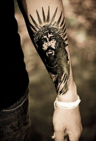 黑色耶稣和光圈小臂纹身图案