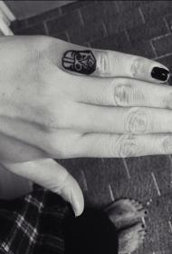 手指黑色达斯维德头盔纹身图案