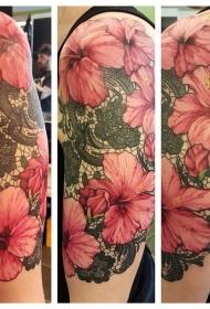 手臂巨大的淡粉色芙蓉花和黑色花边装饰纹身图案