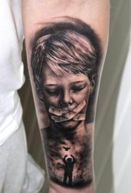 手臂黑灰恐怖风格男孩与封闭嘴纹身图案