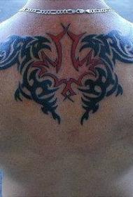 背部红色与黑色部落图腾纹身图案