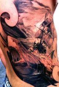侧肋惊人的黑灰大鲨鱼和帆船纹身图案