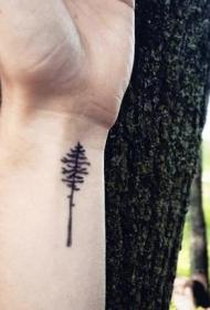 手腕上微小的黑色树纹身图案