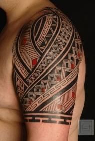 肩部黑色和红色毛利人图腾纹身图案