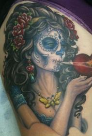 黑头发的死亡女郎和心形纹身图案