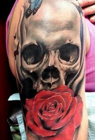 大臂写实风格彩色蝴蝶与骷髅和玫瑰花纹身图案