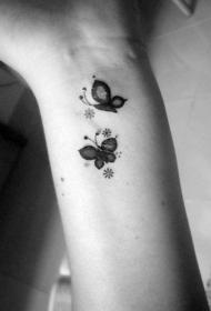 手腕可爱的小蝴蝶纹身图案