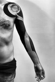 手臂简单的大面积黑色与花朵纹身图案