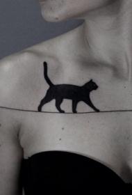 锁骨黑色的猫走在线上纹身图案
