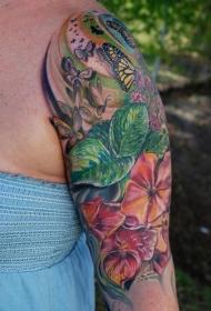 手臂写实的花朵与蝴蝶纹身图案