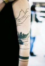 手臂惊人的黑白森林与山脉纹身图案