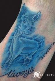 脚背壮观的蓝色鹿字母纹身图案