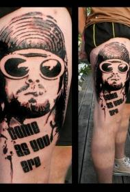 大腿黑色字母太阳眼镜和抽烟男人纹身图案