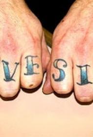 手指蓝色英文字母纹身图案